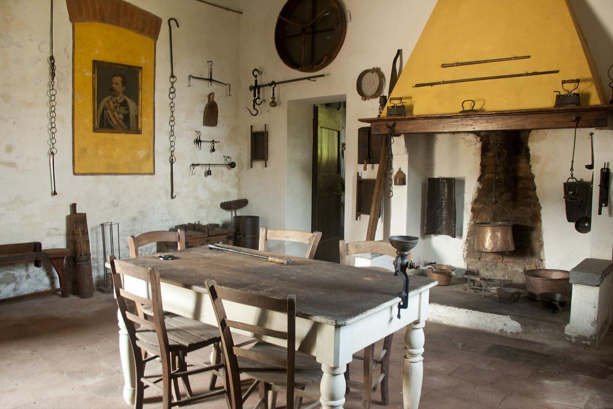 cascina_museo_civilta_contadina_cambonino_attrezzature_strumenti_antichi_cucina_bilance