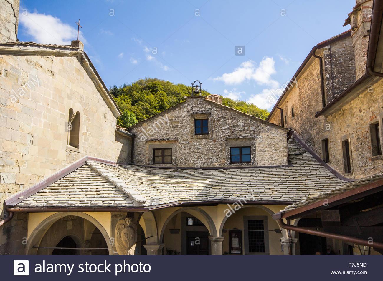 santuario-di-chiusi-della-verna-in-toscana-italia-p7j5nd